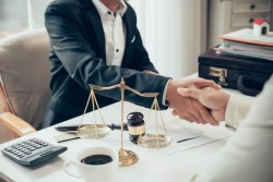 Чем может помочь адвокат по уголовным делам: преимущества работы с ним и его обязанности