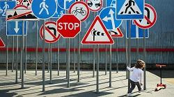 Как и из каких материалов изготавливают дорожные знаки