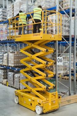 Достоинства электрического ножничного подъемника для склада и особенности его применения