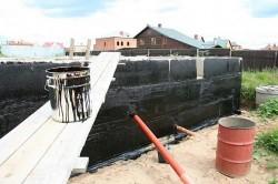 Преимущества битумной мастики как гидроизоляционного материала и технология ее нанесения