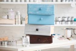 Какими достоинствами обладает меловая краска для мебели и на каких критериях должен основываться ее выбор