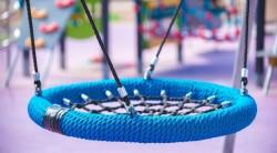 Какими достоинствами обладают метровые качели гнездо для детей и как осуществляется их установка