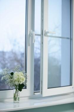 Какими достоинствами обладают окна ПВХ и как осуществляется их установка