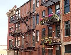 Монтаж пожарной лестницы в жилом доме: требования к конструкции и особенности установки