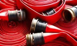 Каким требованиям должен соответствовать пожарный рукав и как выполняется его монтаж