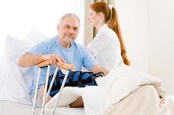Особенности реабилитации пожилых с переломом шейки бедра: правила и последовательность действий