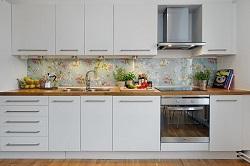 Стеклянные кухонные фартуки: их преимущества, технология монтажа и особенности ухода