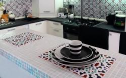 Как ухаживать за столами с керамической плиткой и какими преимуществами они обладают