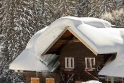 Способы чистки крыши от снега и основные правила работы